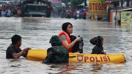 Membantu Korban Dampak Banjir Di Indonesia